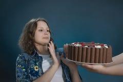 Junger Brunette lehnt auf Diät Schokoladenkuchen mit den Himbeeren ab, die ihr geholt werden stockbilder
