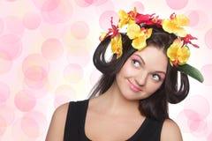 Junger Brunette mit Blumen auf Kopf Lizenzfreies Stockbild