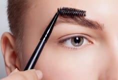 Junger Brunette mit Frauenmake-up des kurzen Haares Mädchen Kosmetik Stockbild