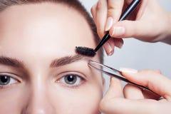 Junger Brunette mit Frauenmake-up des kurzen Haares Mädchen Kosmetik Stockfotografie