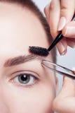 Junger Brunette mit Frauenmake-up des kurzen Haares Mädchen Kosmetik Lizenzfreies Stockbild