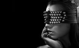 Junger Brunette mit geschlossenen Augen lizenzfreie stockfotos