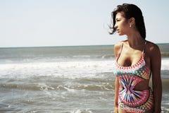 Junger Brunette nahe bei dem Meer Stockfoto