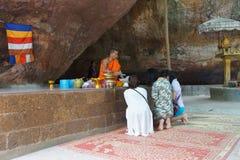 Junger buddhistischer Mönch gibt Rat Lizenzfreie Stockfotos