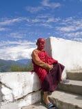 Junger buddhistischer Mönch mit einer Spidermanschablone Lizenzfreies Stockbild