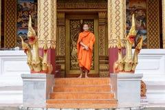 Junger buddhistischer Mönch Standing In Front Of Monastery Lizenzfreies Stockbild