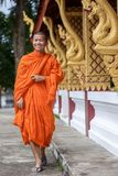 Junger buddhistischer Mönch Walking Next To der Tempel Stockbilder