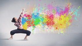 Junger bunter Straßentänzer mit Farbenspritzen stockfotos