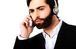 Junger Call-Center-Mann, der mit Kunden spricht stockfotos