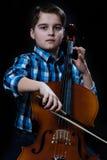 Junger Cellist, der klassische Musik auf Cello spielt Lizenzfreies Stockbild
