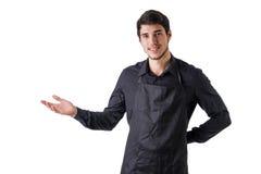 Junger Chef oder Kellner, die das schwarze Schutzblech lokalisiert trägt Lizenzfreie Stockfotografie