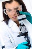 Junger Chemiker im Labor Lizenzfreie Stockbilder
