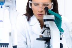 Junger Chemiker im Labor Stockbilder