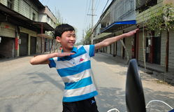 Fahles Jia, China: Little Boy mit den verbreiteten Armen lizenzfreie stockfotografie