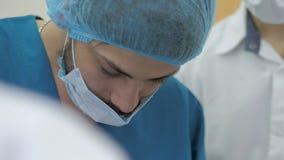 Junger Chirurgiedoktor im Operationsraum stock video