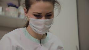 Junger Cosmetologist bei der Arbeit, Portr?t eines sch?nen Cosmetologist in der Maske stock video