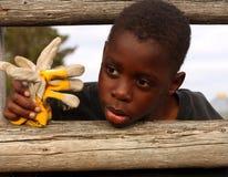 Junger Cowboy auf Zaun Stockfoto
