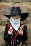 Junger Cowboy mit Spielzeuggewehren Stockfotos