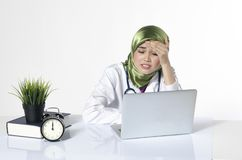 Junger deprimierter hijab Frauen-Gesundheitswesenpraktiker, der Gesicht hält Lizenzfreie Stockfotografie