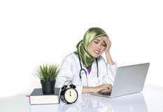 Junger deprimierter hijab Frauen-Gesundheitswesenpraktiker, der Gesicht hält Lizenzfreies Stockbild