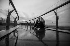 Junger deprimierter Mann, der allein in der Gebirgsnatur sitzt Lizenzfreies Stockfoto