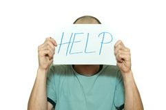 Junger deprimierter Mann, der unter Angst und glaubendem elendem Holdinghilfszeichen auf Papier in seinen Händen leidet und auf d Stockbild