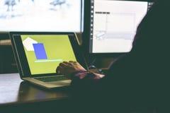 Junger Designer, der zu Hause an dem neuen Konzept unter Verwendung Arbeitsplatzrechners f arbeitet lizenzfreie stockbilder