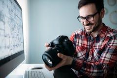 Junger Designer, der zu Hause an Projekt arbeitet Stockfotos
