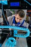 Junger Designeringenieur unter Verwendung eines Druckers 3D im Labor lizenzfreies stockbild