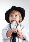Junger Detektiv mit Vergrößerungsglas Stockfotos