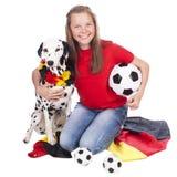 Junger deutscher Fußballfan mit dalmatinischem Hund Stockfotografie
