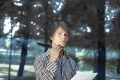 Junger Dichter, der in der Natur erstellt Lizenzfreie Stockbilder