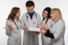 Junger Doktor auf weißem Hintergrund lizenzfreies stockfoto