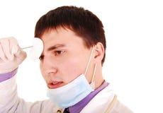 Junger Doktor bei der Arbeit. Stockbild