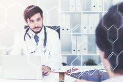 Junger Doktor, der mit einem Patienten im Büro spricht Stockfoto