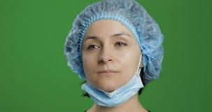Junger Doktor der Nahaufnahme Erwachsene weibliche medizinische Arbeitskraft in der Gesichtsmaske stockfotografie
