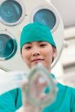 Junger Doktor, der Sauerstoffmaske an einem Patienten anwendet Lizenzfreies Stockbild