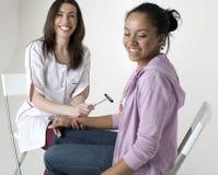Junger Doktor messender Wellness Stockbilder