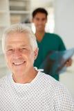 Junger Doktor mit älterem Patienten Lizenzfreie Stockbilder