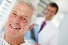 Junger Doktor mit älterem Patienten Lizenzfreie Stockfotografie