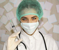 Junger Doktor mit einer Spritze, die sich vorbereitet einzuspritzen Stockbild