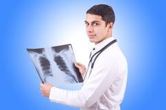 Junger Doktor mit Röntgenstrahlbild Stockfotografie