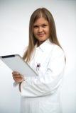 Junger Doktor mit Tablette-PC lizenzfreie stockfotografie