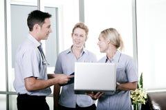 Junger Doktor mit zwei Krankenschwestern Lizenzfreie Stockfotografie