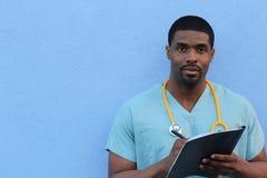 Junger Doktor nimmt Kenntnisse über Klemmbrett Stockbild