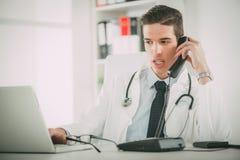 Junger Doktor In The Office Stockfotografie