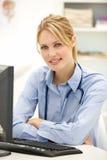 Junger Doktor am Schreibtisch stockfotos