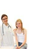 Junger Doktor und Kind in der Untersuchung. Lizenzfreies Stockbild