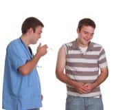 Junger Doktor ungefähr, zum seiner ersten Einspritzung zu geben lizenzfreie stockbilder