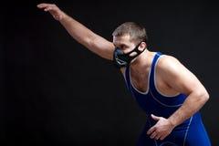 Junger dunkelhaariger männlicher Ringkämpfer stockbild